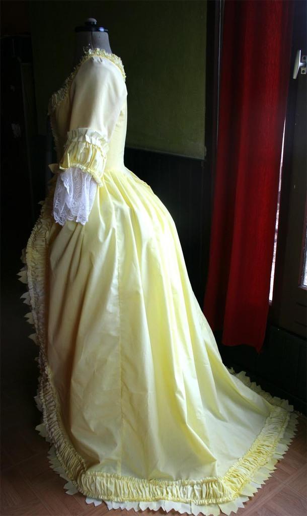 Robe anglaise XVIIIe retroussée à la polonaise : c'est fini
